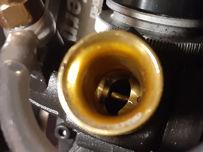 大至急! エンジンカーの中古を買いました。 スロットルのリンケージ調整をすると、アクセル吹かす時は適正値に戻るのですが、ブレーキをかけると、何故か画像の様にアクセル全開になります。 なので...