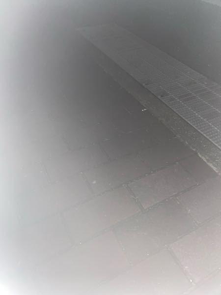 iPhoneのフラッシュで撮ったら画像のように薄くなって上手く撮れないのですが直し方を教えて欲しいです、、、 (夜取ってるので暗いです。)