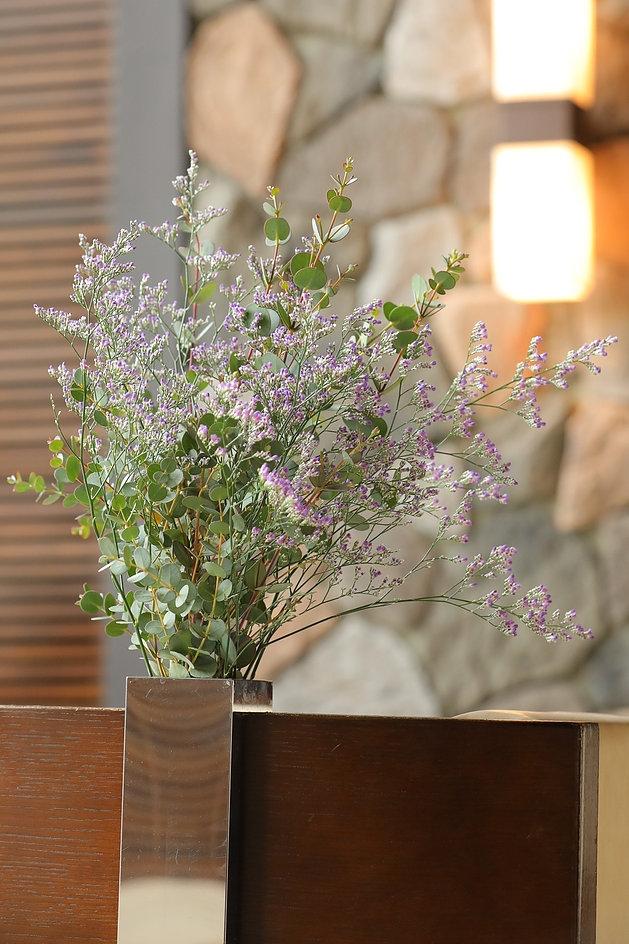 この花と葉の品種を教えてください。 (花はファンフラワーでしょうか? 購入した花屋ではファンフラワーと記載があるのですが、検索すると画像が違うのです。)