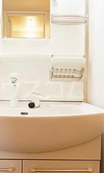 洗面台に写真のようなラックがついています。 何を置くラックかわかりません。教えてください。