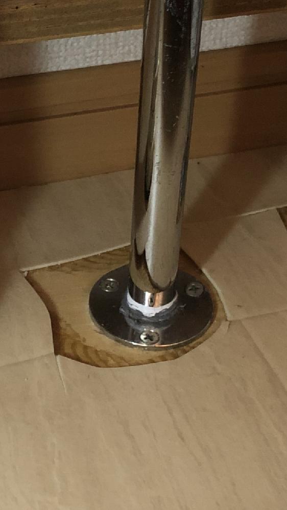 自分で洗面化粧台の水道配管をL字に接続し直したいと思っているのですが、添付写真のように既存の配管が床とフランジ状の部品で固定されてます。 ホームセンターでこのような部品がないか探したのですが、見当たりませんでした。 シールテープが見えるので、めねじが切ってあるようですが、この部品はどのような部品かご存知でしたら教えて頂きたいです。