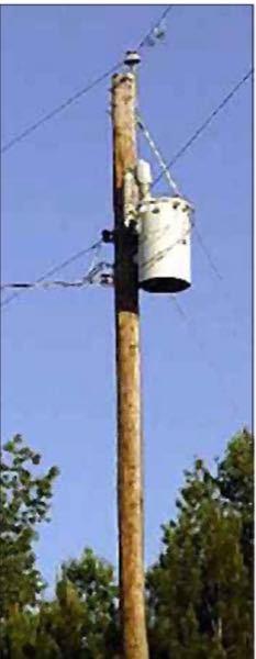 欧米の配電線について教えて下さい! 下図のように配電線の高圧線が1線路しか見当たらないのですがこれでは理論上電気の供給はできないと思います。 あともう一線は地中に埋まってるのですかね? 誰知って...