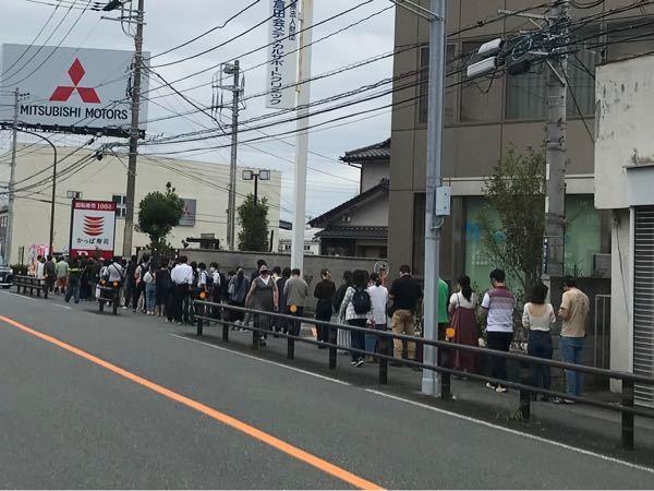 この行列に並んでまでかっぱ寿司食いたいんですか? その無断な時間あれば別のもの食べた方が良くない?? 30分待つとかならわかるけど200分〜はアホらしい