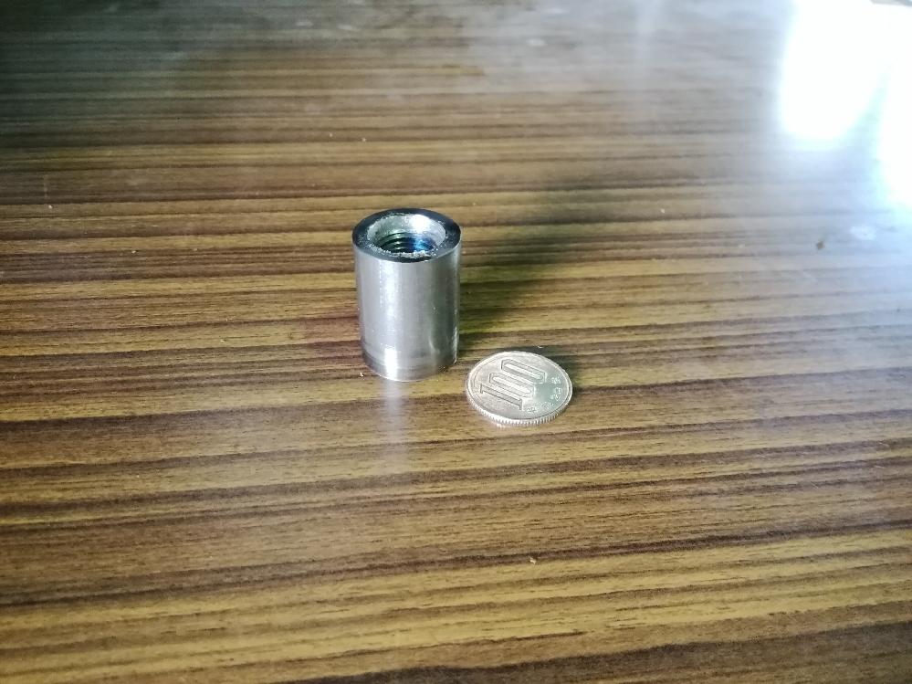 機械加工についての質問です。 写真のようなΦ22の鉄のワークに、タッピングマシンを用いてPF1/4のメネジをきりたいと考えています。 しかしかなり強めにクランプしてもタップと一緒にワークまで回転...
