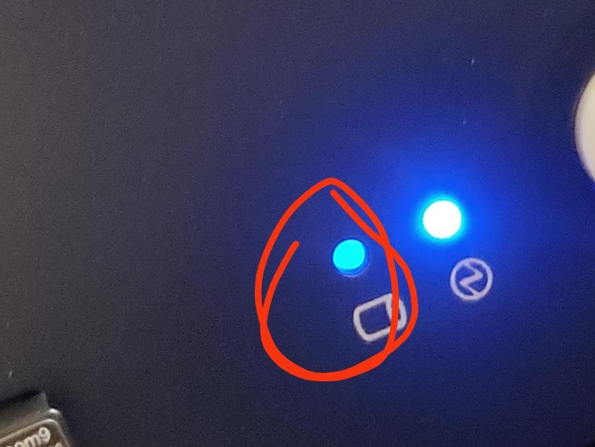 パソコンを初めて買ったのですが、電源を入れるとここがチカチカしてます…ヤバイですか?