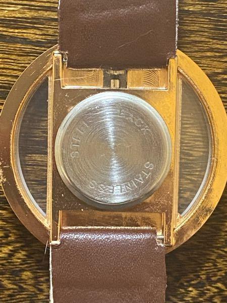 先日Qoo10で腕時計を購入しました。 中国製のものだったので、届いた時には時間が1時間ズレていました。そのため、時間を調整しようとしましたが、周りにボタンがありませんでした。 販売者の方に質問してみたところ 「フルーツナイフを使用して背面カバーをこじ開いてから、先に正面のダイヤルの時計と分針をハンドで調節してみてください。」 と返信が来ましたが、いまいち言っていることが理解できませんでした。 背面カバーの開け方を知りたいです。 写真は腕時計の背面の写真です。 どなたかわかる方教えて頂きたいです。 よろしくお願い致します。