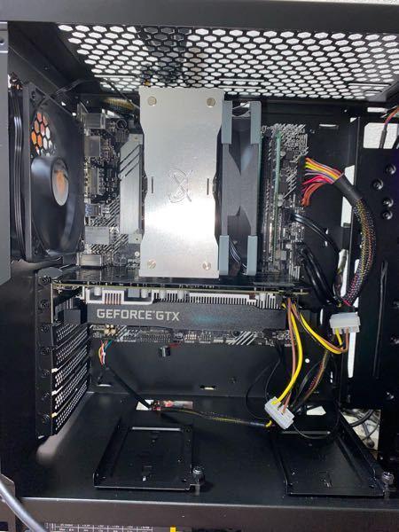 自作PCに初めて手をつけたのですが、モニターだけがつきません。 CPUのファンもグラボのファンもPCケースのライトも動いているのですが、モニターだけがつきません。 マザーボード本体のHDMIにも...