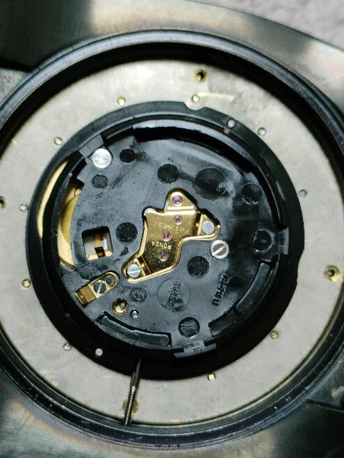 MTM腕時計 ミリタリーオプスのリュウズの抜き方が解らなくて困っています。 オシドリらしい箇所を押してみるのですが駄目でした(怖くてあまり強く押せません)。 裏蓋を開けた画像を添付しますのでご存知の方教えて下さい。