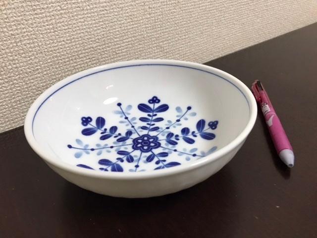 今年の万博記念公園での陶器市で購入したんですが、割ってしまいました。 特に高価なものではなくブランドでもないのですが、軽くて使いやすかったので、できれば、おなじもので、数を揃えておきたいと思っています。 裏には「和器」のデザインロゴがあり、その下にMade in Japanと記されています。 どなたか、この器が買えるお店や、販売可能なサイトをご存知の方いらっしゃいませんか? よろしくお願いします。