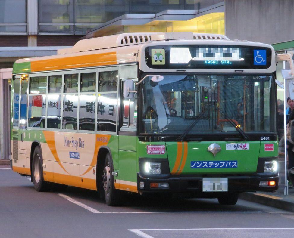 主に東京都内でオートバイ(含むスクーター、トライク等)や自動車、バス、トラック、トレーラー等をご自身で運転されている方にお伺いをいたします。 ・ 東京都内には黄緑色の都営バスが多く走行していますね。 都営バスがバスの停留所に停車をするのは何ら問題はありません。 問題があるのは、都営バスの停車の仕方です。 ・ 停車しようとしている都営バスを見ていると左にウィンカーをつけて、そのまま停車をしようとしています。 これだと都営バスの後ろについていたオートバイ等や自動車等の運転者は、前の都営バスは左に曲がろうとしているので、そのまま後ろにつけてしまった経験が多々あるのではないかと踏んでおります。 ・ ここまで読んでいただき、ありがとうございます。 ここで、主に東京都内をオートバイ(含むスクーター、トライク等)や自動車、バス、トラック、トレーラー等をご自身で運転されている方に質問です。 ・ 都営バスがバスの停留所に停車をしようとしているときは「左ウィンカー」をだすのではなく、ハザードランプを出した(点滅)方がよいと思われませんでしょうか。 ・ この件について、幅広い方からのご意見、コメント等をいただきたいと考えております。