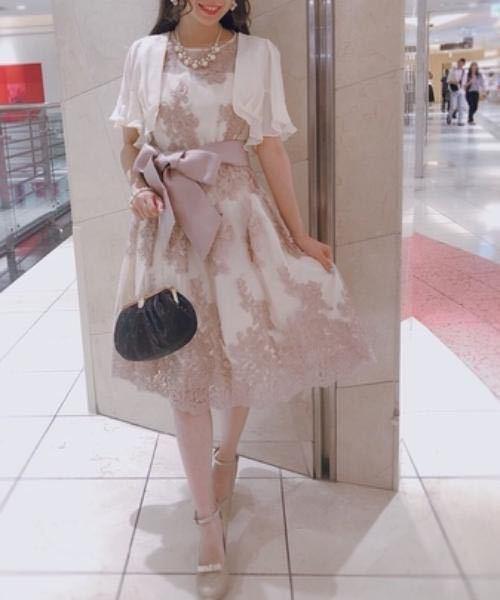 28歳 お呼ばれドレス 今度、幼い頃からの幼なじみの結婚式に 出席します。 20代前半で買っていたドレスが 年齢的に厳しそうで新調しようと考えています。 個人的な好みでは、写真のようなデザインや色が 好きなのですが28歳でこれはさすがに痛いですか? 私の身長でちょうど膝丈になりそうで、 写真のようにボレロを羽織ります。 ドレス自体はノースリーブです。 商品ページ https://dress.by6sense.shop/items/12390938 やはり無難にネイビーとかのほうが 良いのでしょうか…? ご意見をお願いします。