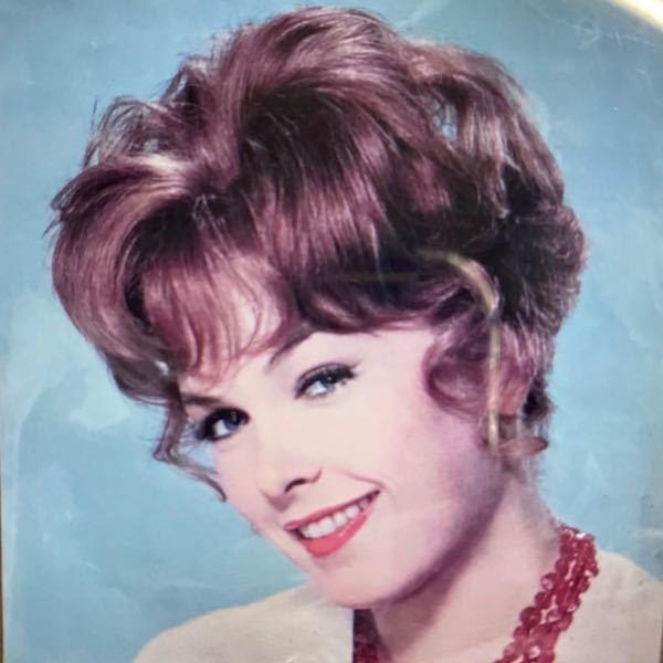 〜ゆる募〜 この女性のお名前ご存知の方いらっしゃいましたら教えていただけますでしょうか? おそらくアメリカの歌手で50年代〜60年代に活躍された方だそうで、知り合いが名前を思い出せず苦戦しています...