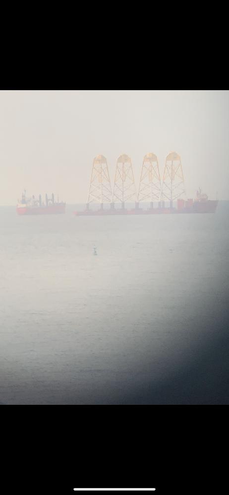 この船の名前、何をする為の船なのかわかる方教えてください。 手前の灯標と比べてもらえば分かるのですがかなり大きな船でした。 ちなみに関門海峡でみました。
