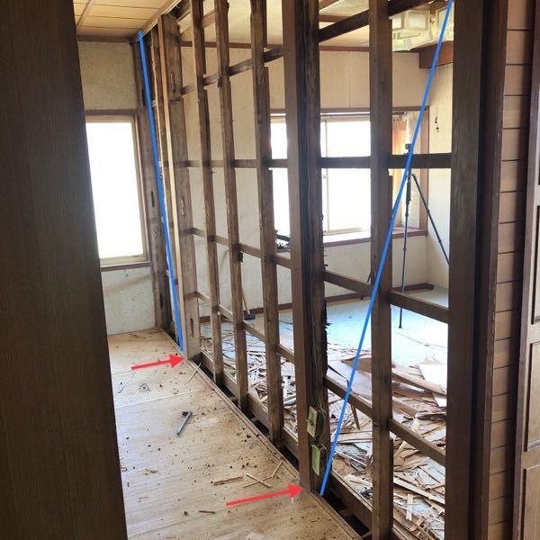 木造の耐震につきまして、 添付写真のように手前側和室(4畳)と奥側洋室(6畳)を仕切る土壁を撤去しました。 当初は青斜線の箇所に筋交いがあると想定していましたが無く、通し貫も撤去してしまいました。 この場合、対策としては青斜線の箇所に筋交いを追加でも良いのでしょうか? もしくは対策の必要は無いのでしょうか? もちろん土壁の撤去により耐震性が落ちることはわかりますが、建物全体をみても仕切り壁で土壁を使用していたのはこの箇所だけで、耐震性をもたせていた土壁かは疑問です。 写真だけで判断は難しいと思いますが、ご教授いただければと存じます。
