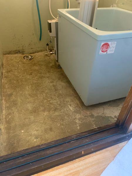 お風呂の床をモルタルを塗る?か、浴室用の床シートを貼ろうと思うのですが、浴槽が外れないため浴槽の下だけ何も出来ずそのままになってしまいます。 この浴槽の下の部分の隙間を埋めて水をできるだけ入らないようにしたいのですが、何か道具や方法などがあれば教えていただきたいです。 わかりにくい説明で申し訳ありません。