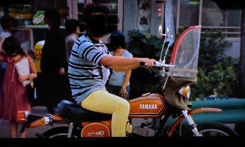 画像が荒くてすいませんが これはヤマハの何というバイクでしょうか ? 大体1900何年ぐらいに乗られていたものか分かりますでしょうか 当時は50cc でも 風防を付けるのが流行っていたのでしょ...