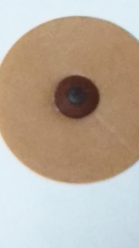 磁気パッチを探しています。 サンプルで入手したのですが、チラシも見ずに捨ててしまい、現物の写真しかありません。 この商品を知っている方、商品名を教えてください。 直径2.3cm 磁石は中央の黒の...