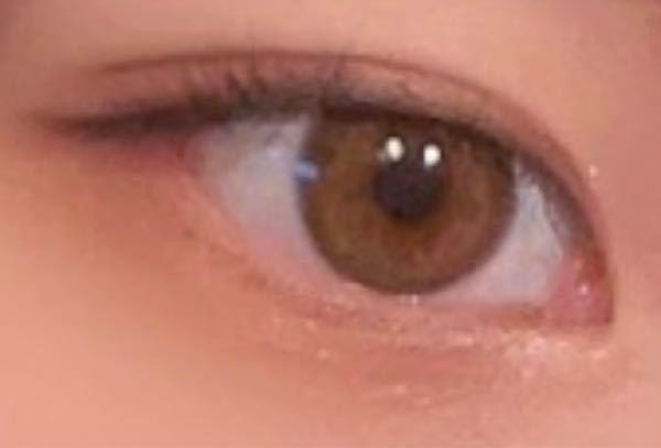 裸眼ですが、色素薄い方でしょうか? また綺麗な色のほうでしょうか?