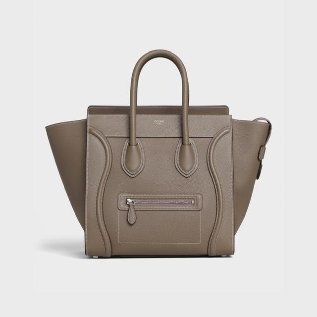 女性のバッグのブランドについてです。 街中で見かけた30代くらいの方のバッグが可愛くて調べたいのですが、ブランド名がわかりません。 バッグに小さくロゴが入っていましたが mebbely も...