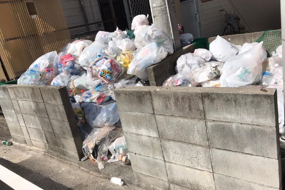 ゴミ捨て場の相談。 賃貸マンションで一人暮らししています。 ゴミ捨て場に分別されていないゴミがたまって汚いです。全く分別せずに捨ててる人がいるようで、半年程前から増える一方で1週間前管理会社に連絡し『対応します』と言っていましたが、まだ特に何の対応もされていません。もう少し待ちはしますが、もし管理会社がこのまま動かない場合、管理会社以外どこか他に相談できる所はありますか? ゴミ捨て場のすぐ上の部屋に住んでるので虫とか臭いとかやばくて退去したいレベルなんですが、引っ越すのはお金かかるし大変なので考え中です。