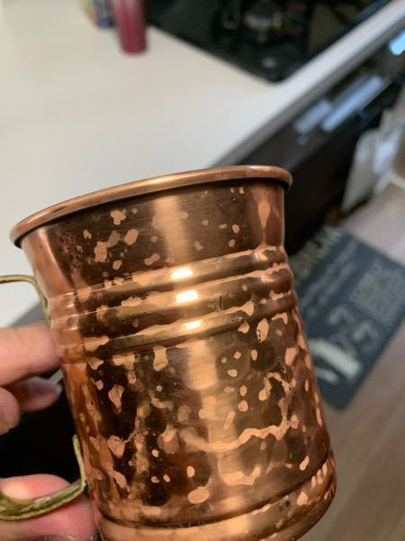 銅カップが写真のように変色してます。重曹など試しましたが治りません。また、ネットのような黒ずんだ変色でもなく、原因や綺麗にする方法がわかりません。誰か教えてください!!!!