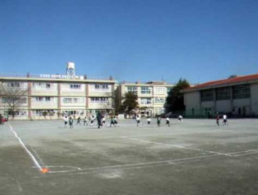 日本の小学校は、校舎の前は校庭というイメージなのですが、アメリカの小学生は、校舎の前には何がありますか?