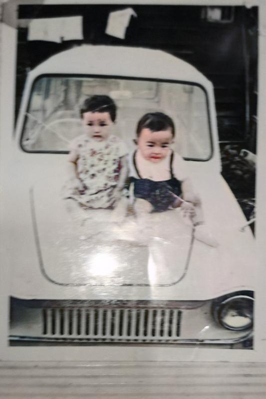 55~56年前の白黒写真をカラー化しました。 二人の子供が車のボンネットに乗っていますが、この車は何という車種なのでしょうか?
