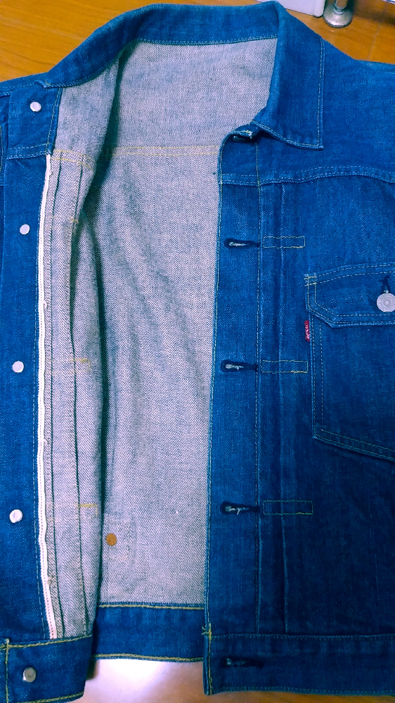 教えて頂きたいです。リーバイス1stを購入したのですが、パッチとタグはありませんでした。縫製が少し雑な気がしますが偽物なんてあるのですか? ボタン裏はJ02です