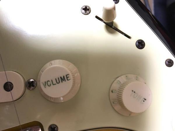 ストラトのギターノブが汚いので、歯ブラシで磨いたら文字の色が消えました。この文字の色(緑)のノブはどこかで売っていますか? また、消えた文字の色を塗る方法がありましたら教えてください。