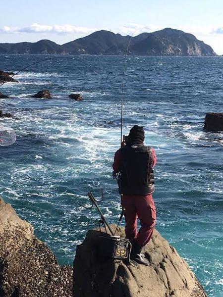 磯釣りについてなんですが、、、 この写真、道具が落ちるとか心配しないんですかね、、自分だったらこんな不安定な場所に置きたく有りません、、