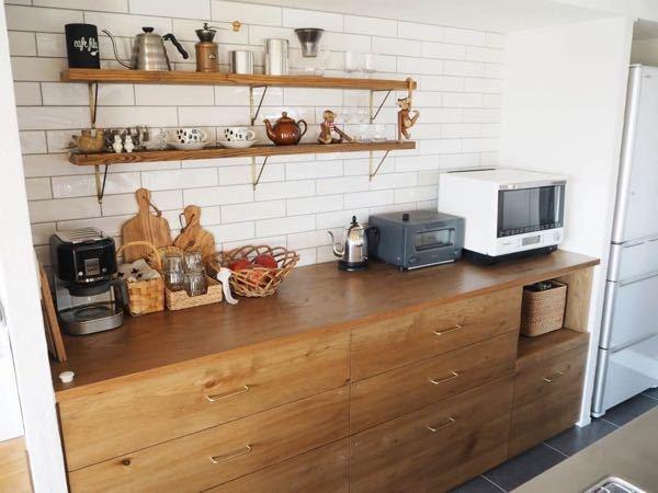 写真のようなキッチンのカウンターに使われている木材の種類は何なんでしょうか?無垢材を使ってとかよく書かれているのですが、何の木の無垢材なのか分かりません。ホームセンターに売ってある木材にこの写真のよう になりそうな木材は見当たらず、何なのかずっと疑問です。