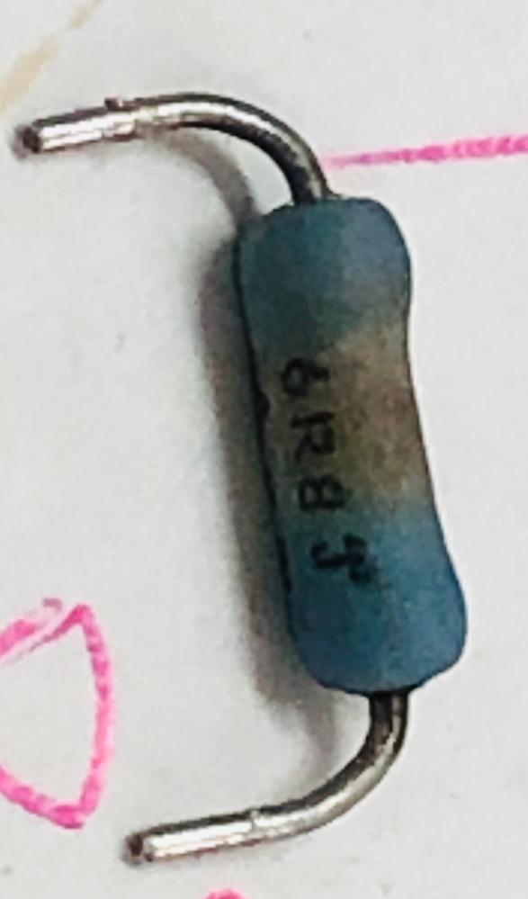 抵抗器について 画像の抵抗器を交換したくて型番検索してもでてこなくて 大変困っております。 どなたかわかる方、教えて下さい。 互換品などありましたら教えて下さい 抵抗器には 6R8J 03 1Wと書かれています。 8JがBJなのか見えずらいです。 宜しくお願いします。