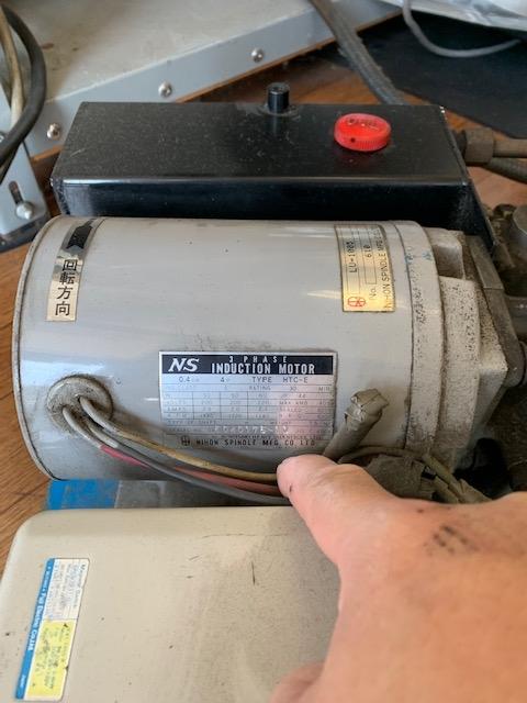 廃業する店からバイク用のリフトを購入しました。 200Vで使用していたと聞いていますが、3相200Vか単相200Vかわかりません。 モーターには3相を表す(3PHASE)と記載がありますが、モー...
