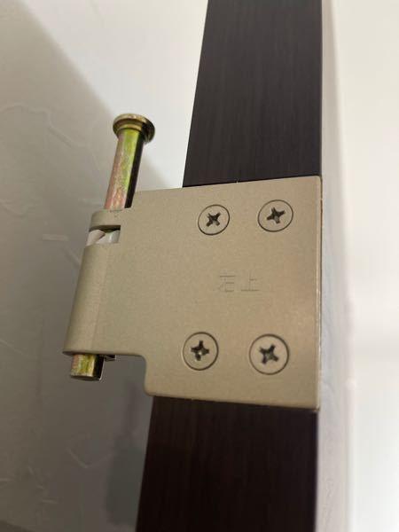 室内ドアを外して戻そうとしたら戻せなくなりました。 原因は本体側の丁番の軸が下がらないため 受け側に本体を乗せれますが軸穴に軸が入りません どうすれば戻せるか 分かれば教えて下さい。