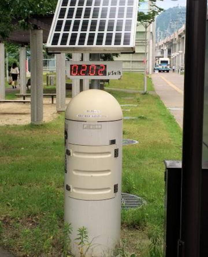 福島県には写真のような放射線量を測定する線量計が沢山設置されています。公立学校の小中高には必ず、ほとんどの公園や公共施設の外に設置されています。本当に至る所に置いてあります。 そこで質問です。 ...