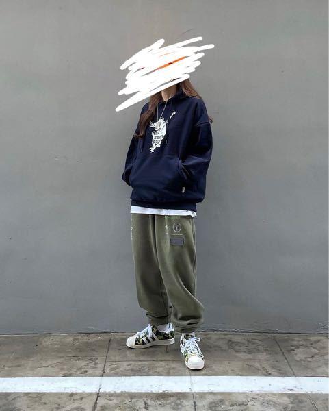 ネットでこの写真を見つけて一目惚れしたのですが、探しても見つかりません。通販や売っている店など知っていれば教えて欲しいです。 探しているものは①紺色のパーカー②はみ出ている白シャツ③茶緑のズボン...