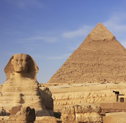 クフ王のピラミッドは、実はクフ王の根拠が皆無? エジプト学会が認めない? 長年ギザの大ピラミッドは、クフ王のピラミッドとしても有名でした。 ですが実は、現在の研究ではクフ王のピラミッドと呼ぶべき根拠が皆無という結論になっていると聞きました。 クフ王のピラミッドと呼ばれていたピラミッド内部に描かれていた赤いクフ王を示す文字は、科学調査により約150年前に後からつけられたものだと証明されたのだと。 クフ王ピラミッドの発見者がなかなか良い発見結果を出せずに、スポンサーからこれ以上の調査資金提供を断られようとしていたために、追い詰められて世紀の大発見を演出したのだろうとも。 それらがすでに通説になっている。 にもかかわらず、エジプト政府やエジプト考古学会は恐ろしく頭が固いために、上記の事柄を決して認めようとはしない。 さらにクフ王のピラミッドとして宣伝していた方が、観光客が世界中から来続けてくれるために、観光利益を失いたくない減少させたくないためでもあるとも。 どうなのでしょう、これって真実なのでしょうか? エジプト政府やエジプト考古学会は『クフ王のピラミッド』という宣伝要素を失いたくないし、とても頭が固いのでしょうか? それともそんなことはなくて、エジプト考古学会などもちゃんとそういった状況を積極的に認めているのですかね? あるいは、あのギザのピラミッドがクフ王のピラミッドであるというのは、ちゃんと根拠が充分にあるのでしょうか? あとl、自国の歴史的建造物や国宝の通説が覆されるのをなかなか認めたくないというのは、もしかして世界共通の事なのでしょうか? エジプトばかり責められないのかな…。 古代エジプト文明に関心のある方や、考古学に関心のある方など、ぜひ皆様のご意見をお聞かせください。