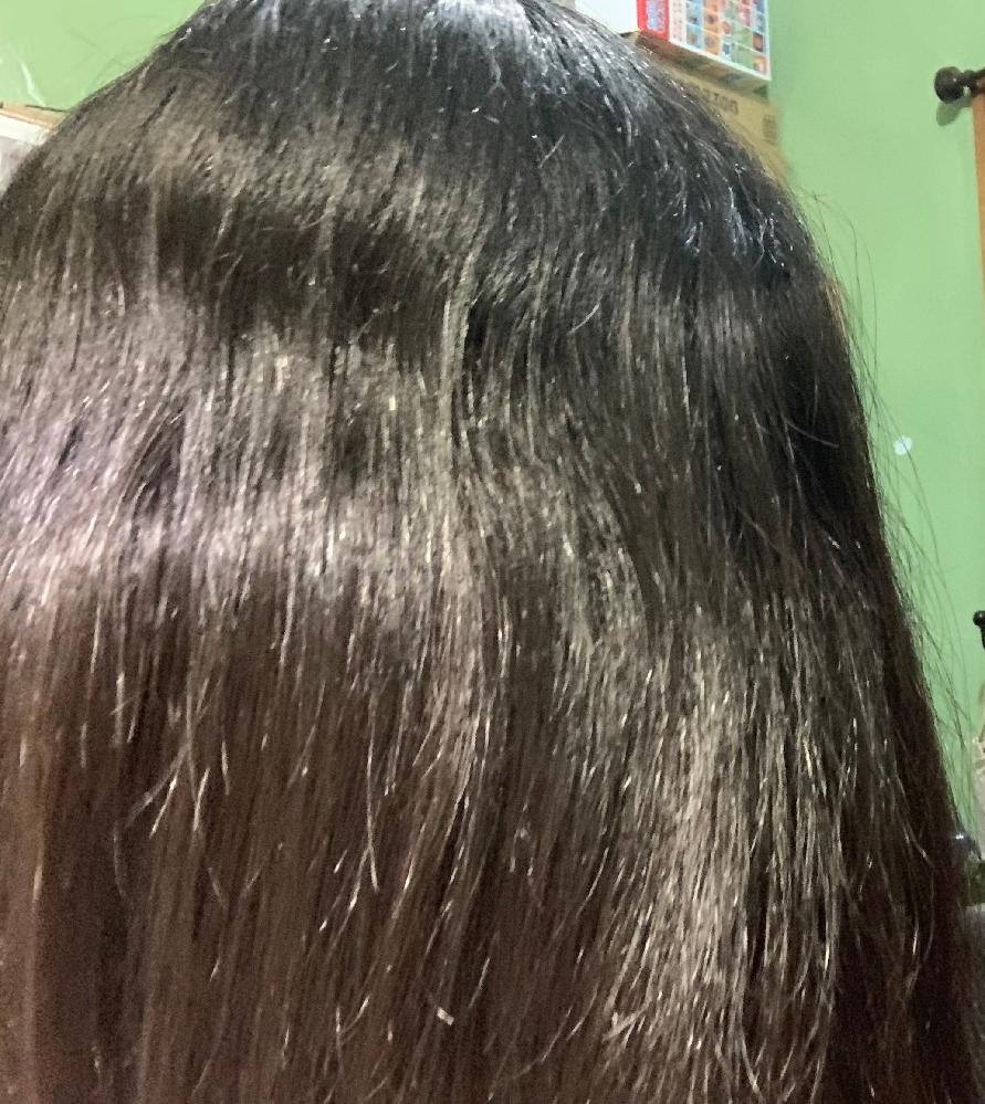 中学生女子です。 横の髪(?)がうねってしまうのですが対処法ないですか?縮毛矯正を2回かけていて前回かけたときから半年経ってます。 多分、縮毛かけたところから伸びてきて全体うねってます。やはり、もう一度縮毛かけないと治りませんか?