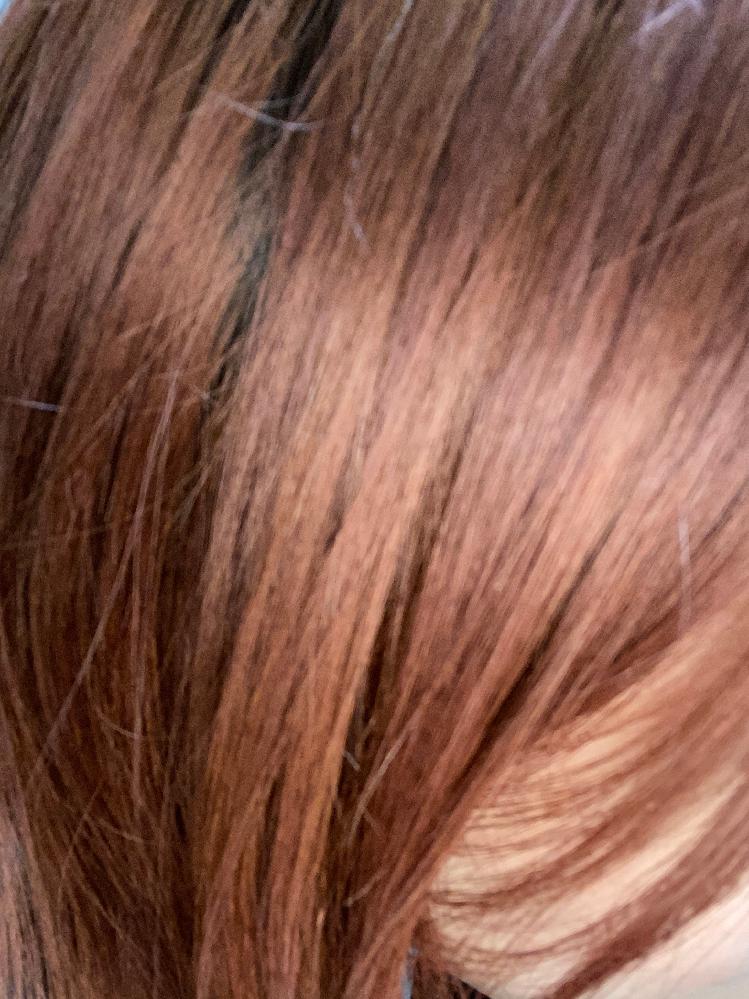 この髪を白に近い金髪にするには1回のブリーチでは足りないでしょうか?? この髪は、3ヶ月前に脱線をしてオレンジにしたあと赤とベージュを入れた髪が色落ちした状態です。 ハイライトを1年前、パーマを...