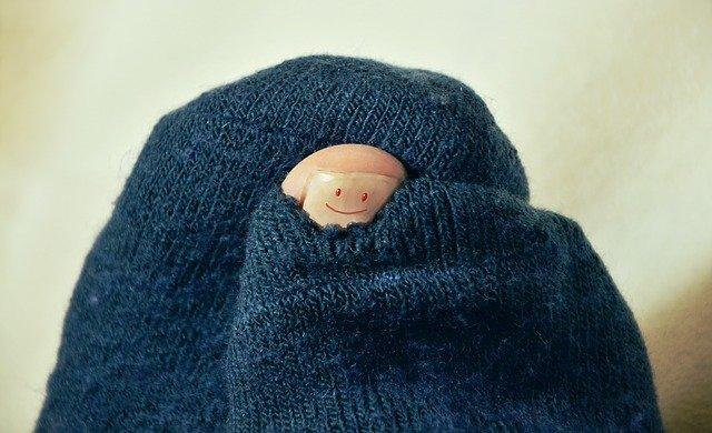 寝る時(布団の中)で靴下は履きますか?