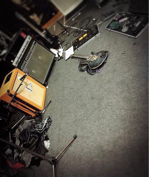 キズのREIKIさんのエフェクターは何を使ってらっしゃるかわかる方いますか? 機材の写真が載ってました!ちょっと遠いですが、