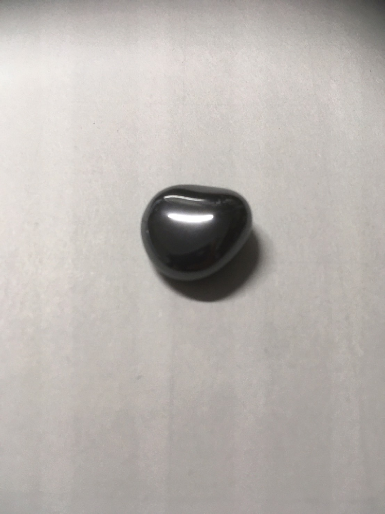 これは何の石ですか? 色は暗いシルバーで、金属のような反射があります。