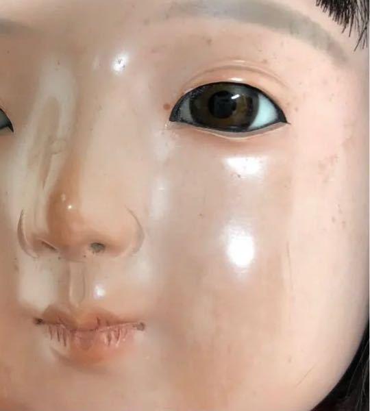 時に、ツルピカの肌を持つ市松人形を見ることがありますが、このような市松人形は経年劣化でお肌がトゥルトゥルになるのですか?それとも元からの製法でこのようになっているのでしょうか?