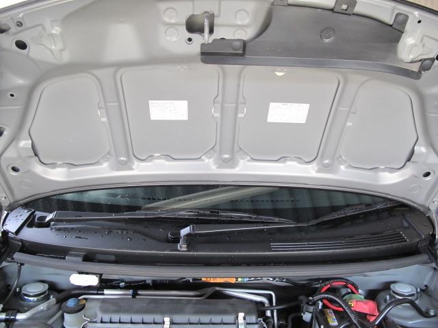 車のボンネット裏に貼ってあるシールに何かのデータが書いてありますが、これを確認する機会ってどういう時でしょうか? 写真を御覧ください。2枚のシールが貼ってありますが、これらのことです。 なぜこのようなことを聞くのかと言いますと、ボンネット裏に、 エンジン静音シート(エーモン製)を貼ろうと思っております。 静音シートはものすごい粘着力なので、一度貼ったら簡単には剥がれないと 聞きます。このシールが隠れてしまった場合、シールの情報が必要になった 場合に困ると思いました。 よろしくおねがいいたします。