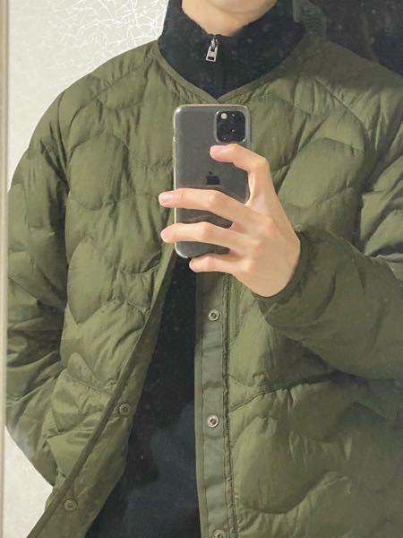 大学生男子です。 ユニクロのWMコラボのウルトラライトダウンジャケット買ったんですけど、中タートルネックのセーターでもいけますか?