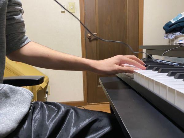 ピアノを弾くにあたって腕の角度はこれで適切なのでしょうか? 以前も質問させていただいた内容ですが、 机の高さを調整致しました。 その点も踏まえてご回答よろしくお願い致します。