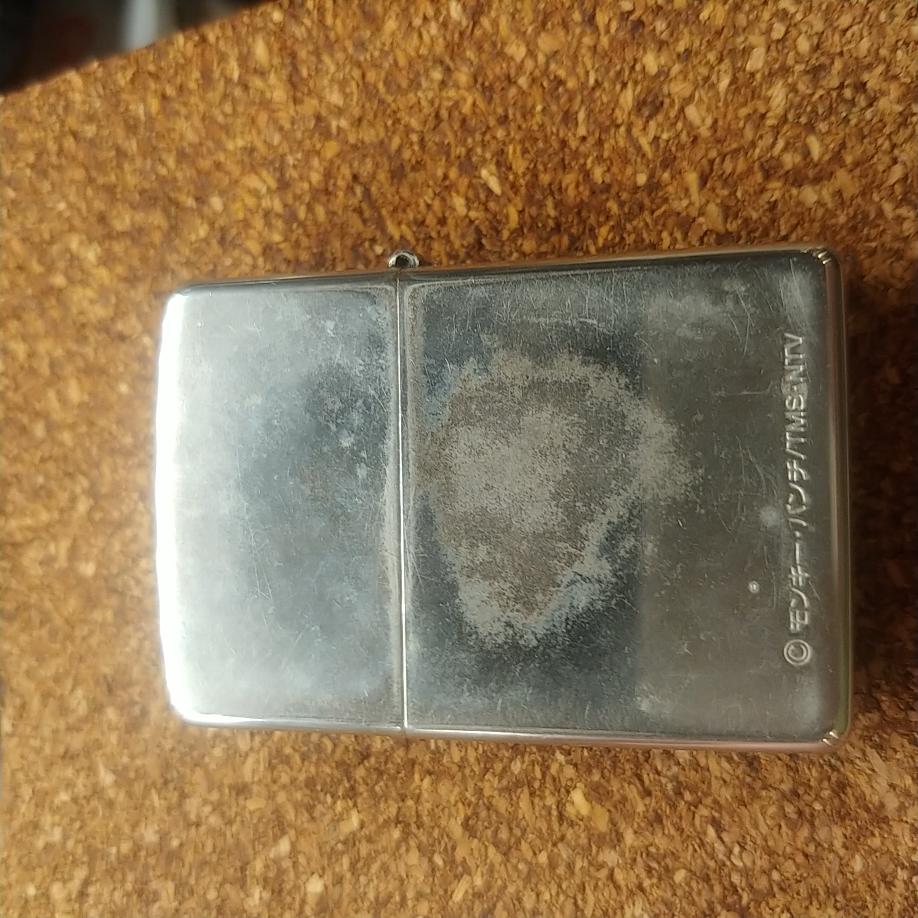 ZIPPOライターの外装にオイルの染みのような跡がついてしまいました。 磨いてきれいにしたいのですが、 コンパウンドを使おうと思っています。 何用を使ったら良いのでしょうか? 銀等を磨く用か金属全般用だと思うのですが。他にも色々種類があるようなので最適の物があれば教えて頂けると助かります。