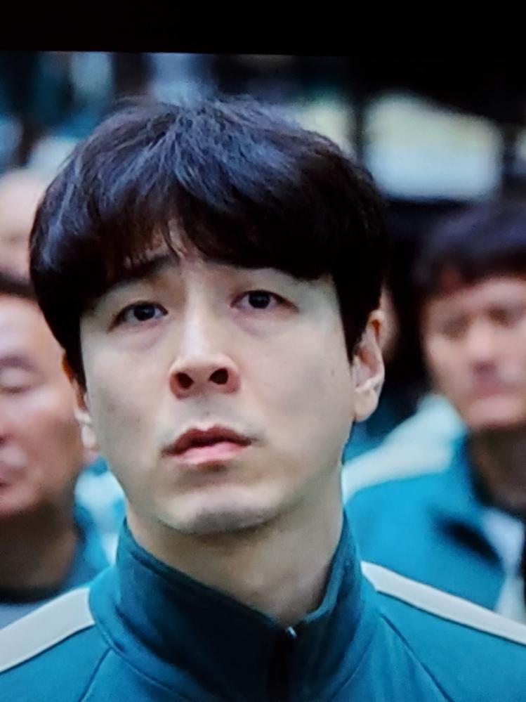 韓国ドラマのイカゲームに出演されていた、この俳優さんのお名前はなんというのでしょうか? 以前別のドラマに出演しているのを観たような気がするのですが、タイトルなど思い出せずモヤモヤしています…。