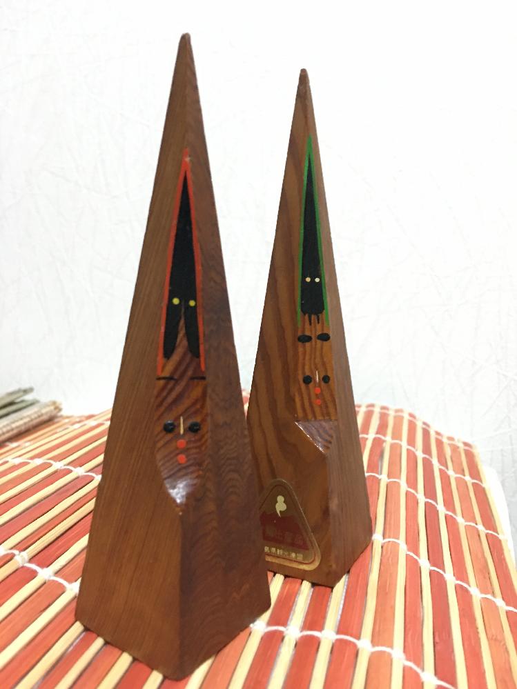 お世話になります。 こちら、鹿児島県観光連盟推薦土産品と記載のある木製の人形?こけし?です。 詳しい名称などおわかりの方おられましたらご教授お願い致します。 高さ12センチくらいで形は四角錐です。 お