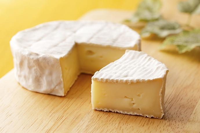 カマンベールチーズは、どの国が特に美味しくお勧めですか? メーカー名も 自分はカマンベールチーズが大好きです、やはり日本産よりもより熟成されていることの多いヨーロッパ産のカマンベールがより好みです。 デンマーク産やドイツ産やフランス産などを見かけますが、これ以外の国のカマンベールチーズも、日本に輸出販売されているのでしょうか? また、どの国のものが特に美味しくお勧めか? あるいはどのメーカーのものがおすすめかをぜひ教えてほしいのです。 あと実は以前、AOCの資格を持ったフランス人チーズ職人さんが作ってくれたフランス産大型カマンベールチーズを購入したことがあるのですが、味はすごく濃厚だったのですが、臭みがあまりにも強すぎて食べにくかったのです…。 でも、ジュピターコーヒーなどで販売されているフランス産カマンベールチーズはほとんど臭みがないのです。 この違いは何でしょうか? ご存じならこれも教えてほしいです。 カマンベールチーズに関心のある方など、ぜひ皆様のご意見をお聞かせください。